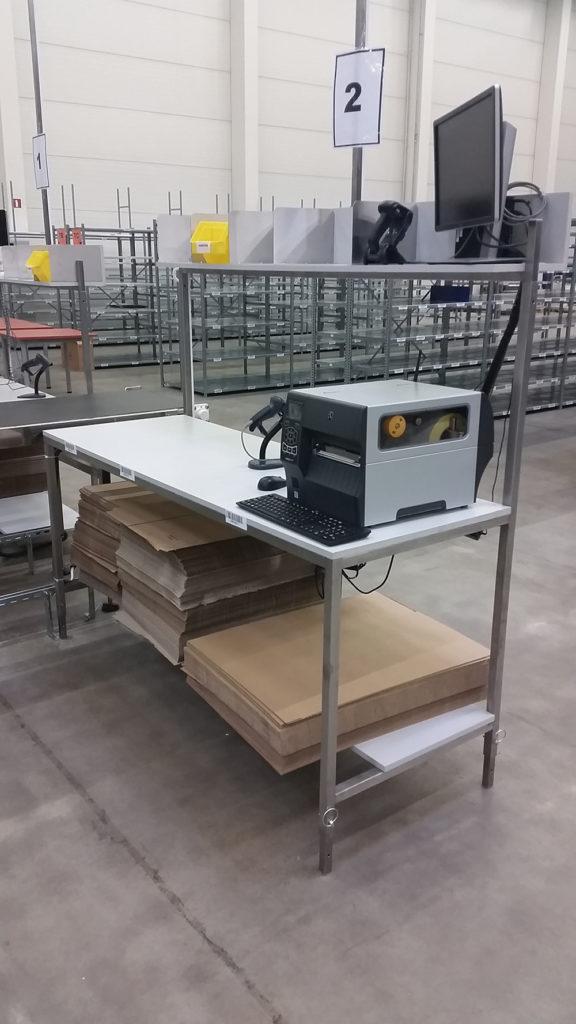 stolik z komputerem